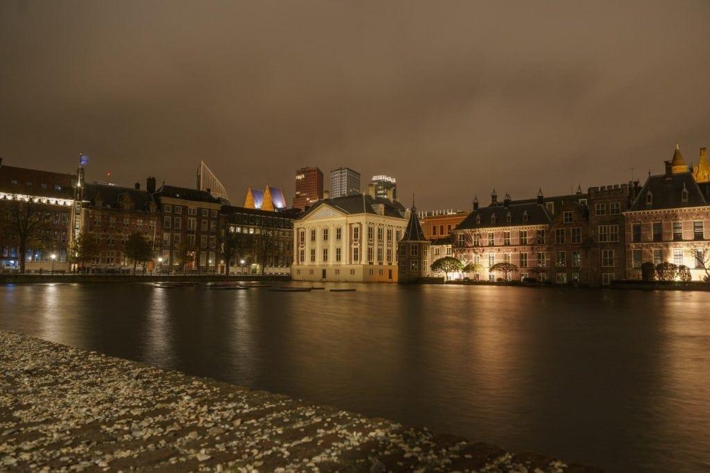 Nachtfoto-van-de-Hofvijver-in-Den-Haag-met-het-Mauritshuis-en-het-Binnenhof-Jaap-Burggraaf-fotografie